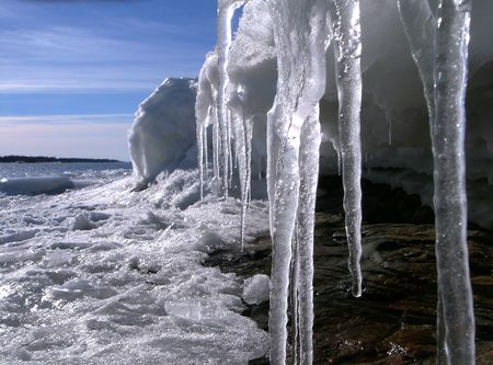 Primavera icicles sobre un fondo oscuro del cielo azul