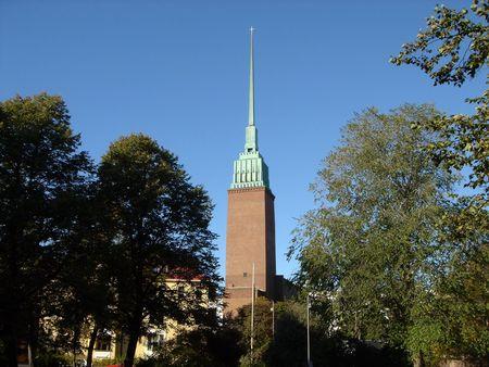 Iglesia en Helsinki sobre un fondo oscuro del cielo azul
