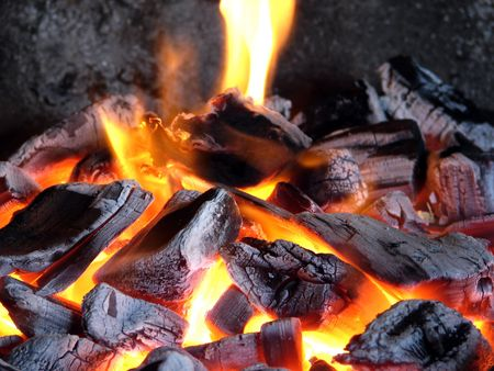 Birch quemar carbones con una brillante flama
