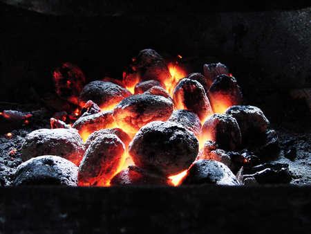Birch quemar carbones con una llama brillante