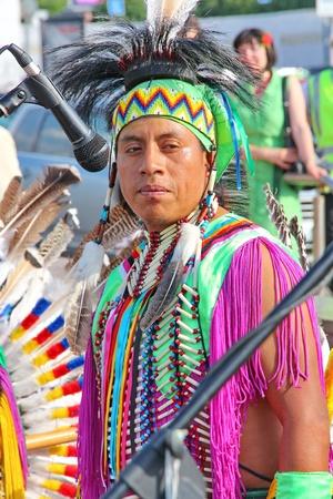 zampona: Mosc?, Rusia - 01 de junio: Native American Indian tribal grupo de m?sica tocar y cantar en la calle para los turistas y habitantes de la ciudad el 1 de junio de 2013 en Mosc?, Rusia