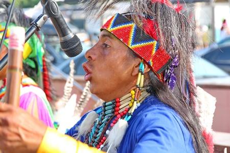 zampona: Moscú, Rusia - 01 de junio: Native American Indian tribal grupo de música tocar y cantar en la calle para los turistas y habitantes de la ciudad el 1 de junio de 2013 en Moscú, Rusia