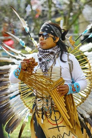 zampona: HELSINKI, Finlandia - 01 de mayo: Native American Indian tribal grupo de m?a tocar y cantar en la calle para los turistas y habitantes de la ciudad el 1 de mayo de 2011 en Helsinki, Finlandia