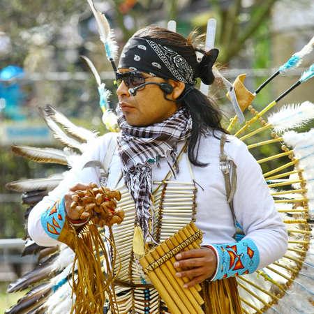 zampona: HELSINKI, Finlandia - 01 de mayo: Native American Indian tribal grupo de m?sica tocar y cantar en la calle para los turistas y habitantes de la ciudad el 1 de mayo de 2011 en Helsinki, Finlandia