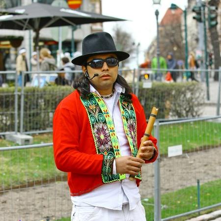 zampona: HELSINKI, Finlandia - 01 de mayo: Native American Indian tribal grupo de música tocar y cantar en la calle para los turistas y habitantes de la ciudad el 1 de mayo de 2011 en Helsinki, Finlandia Editorial