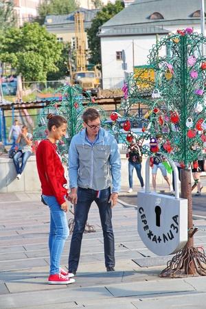 honeymooners: Mosc�, Rusia - 25 Jule: �rboles de amor en el puente Luzhkov de Jule 25, 2013 en Mosc�, Rusia. La escultura en forma de un �rbol para los reci�n casados ??y amantes, para colgar candados como un s�mbolo de amor.