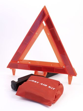 aide: Auto-safety warning triangle, with red first aide kit on white background.