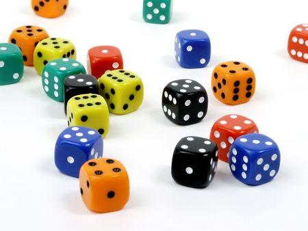 pips: Multi-Colored Dice Geïsoleerde verspreid over witte achtergrond Stockfoto