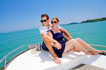Eine attraktive junge Paar entspannende im freien zusammen auf einem Boot