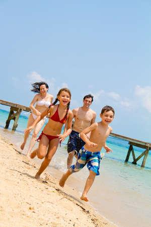 Junge Familie amüsieren am Strand