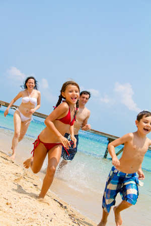 enfant maillot: Jeune famille s'amusent sur la plage