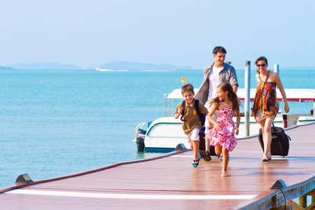 Eine Familie von 4 Ankunft im Resort mit ihrem Gepäck.