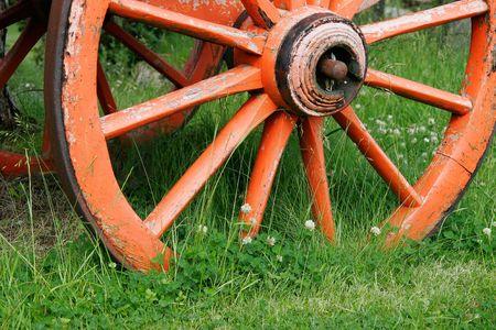 carreta madera: Rojo, ruedas de vagones de madera en color verde hierba