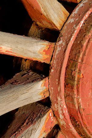 carreta madera: Una vieja rueda de madera del carro