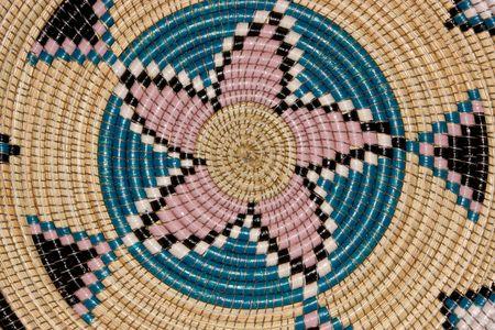 hand woven: Colorate su un modello di tessuti a mano africani paniere  Archivio Fotografico