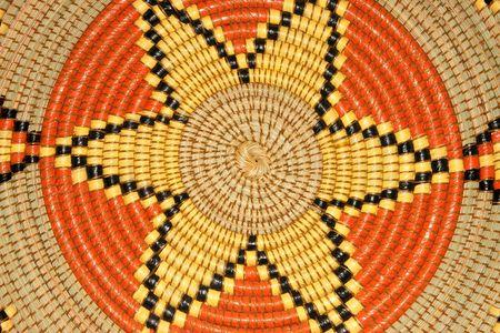 hand woven: Colorato su un modello di tessuti a mano africana paniere