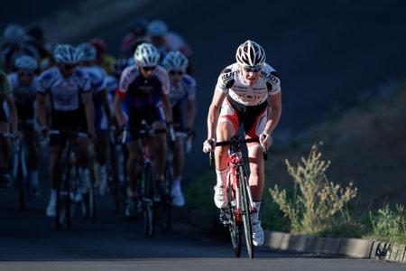 sportsman: Bloemfontein, Sud�frica - el 7 de noviembre de 2010 - ciclista durante la carrera anual de ciclo OFM Classic