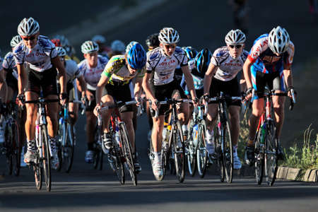 razas de personas: Ciclistas de Bloemfontein, Sud�frica - el 7 de noviembre de 2010 - durante el cl�sico anual de OFM ciclo raza