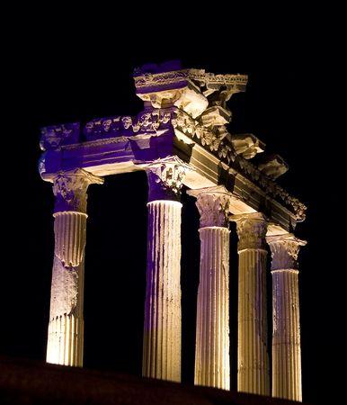 tempio greco: Tempio greco di Apollo a notte in Side, Turchia