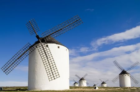 castilla: Medieval windmills dating from the 16th century overlooking the town of Campo de Criptana in Ciudad Real province, Castilla La Mancha, central Spain.  Made famous in Miguel de Cervantes Saavedras novel Don Quijote de la Mancha, these windmills are situat