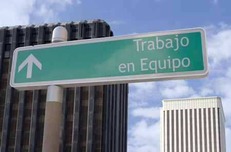 en: Street sign with an arrow and the Spanish words