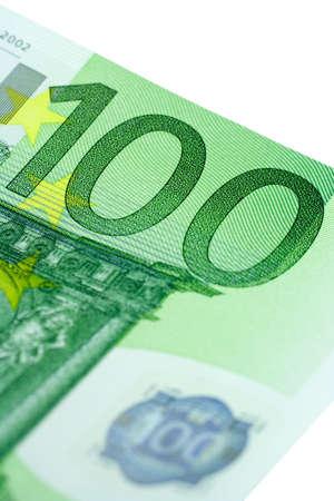 one hundred euro banknote: Close-up de cien aislados de billetes en euros en un fondo blanco.  Foto de archivo