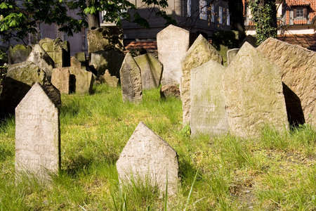 jewish town: The Old Jewish Cemetery lies in Josefov (Jewish Quarter) in the Old Town in Prague.  It has been estimated that there are approximately 12000 graves in the cemetery. Stock Photo