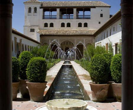 グラナダ: パティオ デ ラかんがい用水路 Palacio デル ヘネラリーフェ, アルハンブラ、グラナダで複雑な部分でのビュー。