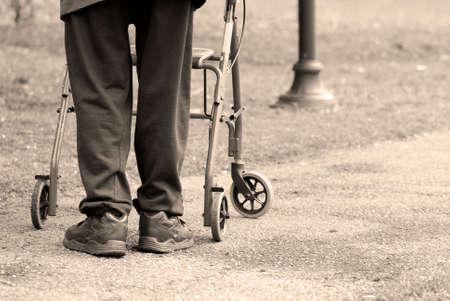 gehhilfe: Senior Mann auf einem Spaziergang in einem Park mit Hilfe eines Frame-Walking  Lizenzfreie Bilder