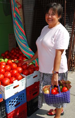 campesino: Atractiva mujer madura comprando verduras en el mercado del agricultor