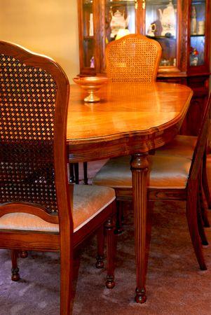 room accents: Interno di una accogliente sala da pranzo con mobili in legno massiccio