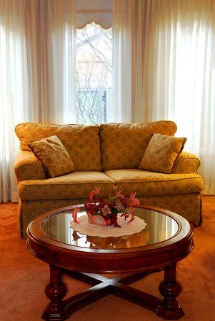 room accents: Interni di un accogliente salotto con divano e tavolino