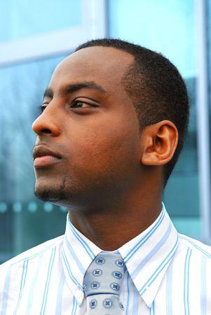 visage profil: Portrait d'un jeune homme d'affaires attrayant en regard d'un b�timent d'entreprise  Banque d'images