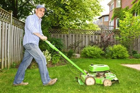 paysagiste: Homme de tondeuse ? gazon dans jardin paysager  Banque d'images