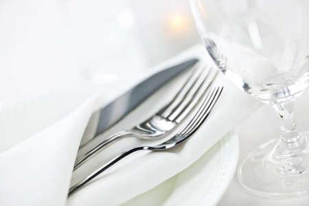 Elegantes Restaurant gedeckten Tisch für feines Essen mit Teller, Besteck und Gläsern Standard-Bild