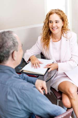 amigas conversando: Hombre y una mujer discutiendo el trabajo en la oficina de negocios