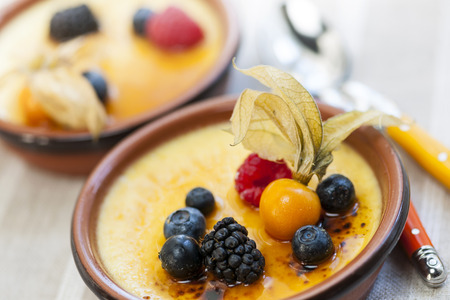 brulee: Sweet creme brulee desserts topped with fresh berries