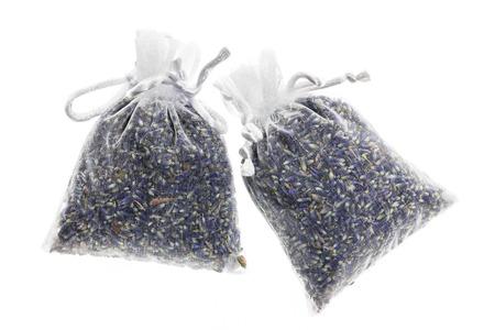 sachets: Dos bolsitas con flores de lavanda secas aislados sobre fondo blanco