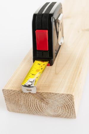 cintas metricas: Metal imperial métrica cinta métrica de medición de dos por cuatro la madera Foto de archivo