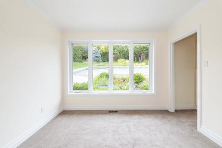 Leerer Raum mit großen Fenster mit Blick auf Sommer Hinterhof und Wohn-Pool