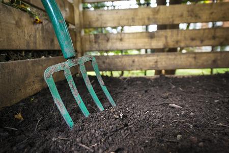 Garten Gabel drehen schwarz kompostierten Boden in Holz Biotonne