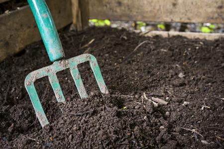 desechos organicos: Tenedor Jard�n convertir en abono del suelo negro en cubo de compostaje de madera