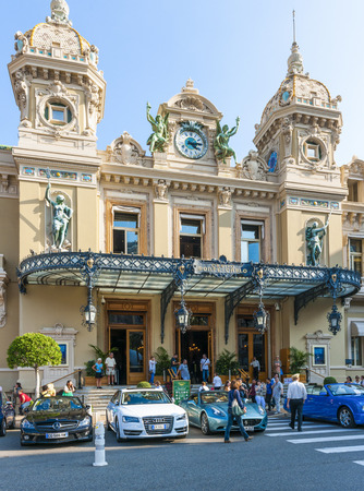 carlo: MONTE CARLO, MONACO - OCTOBER 3, 2014: Entrance to Monte Carlo Casino in Monaco Editorial