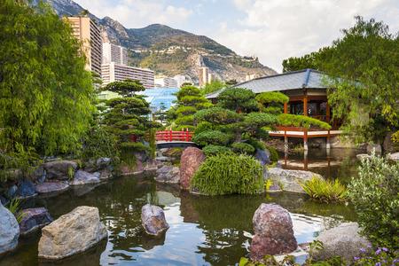 ponte giapponese: MONTE CARLO, MONACO - 3 ottobre 2014: Vista del giardino giapponese a Monte Carlo, Monaco Editoriali