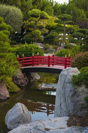 ponte giapponese: MONTE CARLO, MONACO - 3 ottobre 2014: Vista di giardino giapponese con ponte rosso a Monte Carlo, Monaco