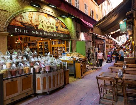 """NICE, FRANCE - 2. října, 2014: Gourmet prodejna potravin """"Girofle et Cannelle"""" na ulici Rue Pairoliere, malebné pěší nákupní ulice ve starém Nice."""