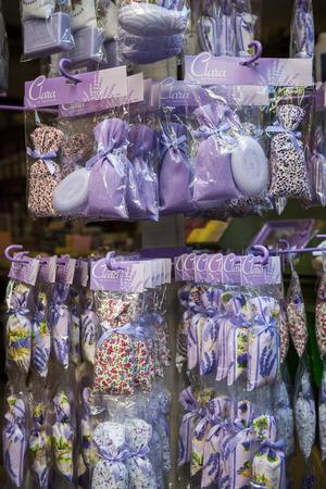sachets: Niza, Francia - 02 de octubre 2014: las bolsitas de lavanda y jabones se venden como recuerdos de la Rue Pairoliere, una pintoresca calle comercial peatonal en el casco antiguo de Niza.