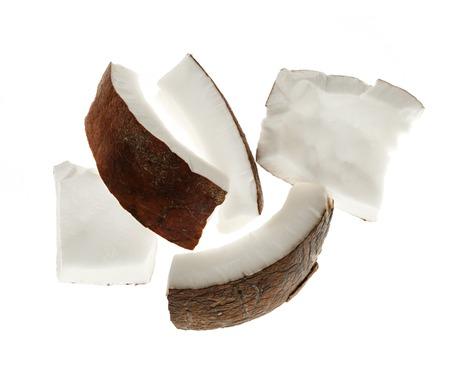 cocotier: Plusieurs morceaux de noix de coco isol� sur fond blanc