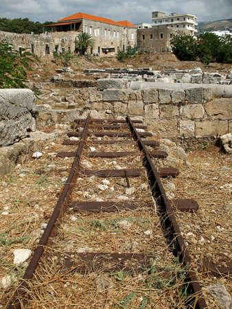 Un ferrocarril abandonado en la ciudad libanesa de Biblos.