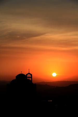 Silueta de una catedral en la puesta del sol, Líbano.